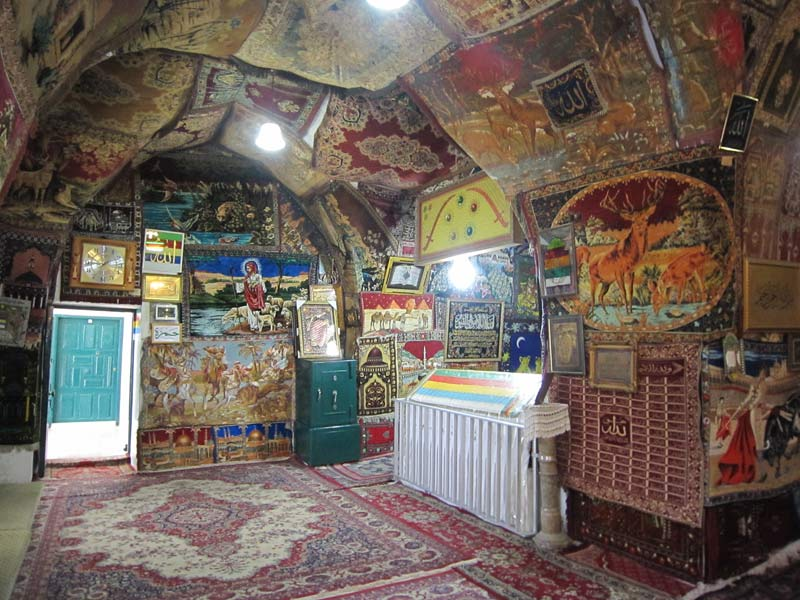 The tomb (ḍarīḥ) of Nabī Bahāʾad-Dīn inside the maqām. The walls of the maqām Nabī Bahāʾad-Dīn are covered with carpets of different motives featuring animal themes. Photo: Nour Farra Haddad, 2014.